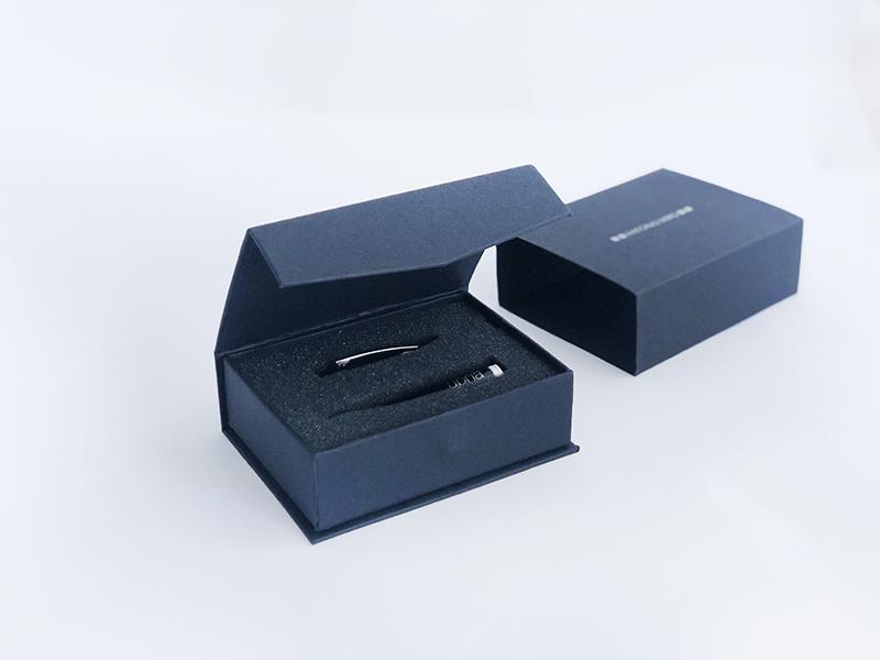 Bolígrafo USB 8 GB con packging · Antonio Miro